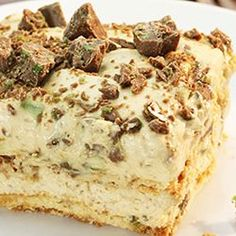 Crisp tart Peppermint Crisp tart: 1 packet tennis biscuits 1 can caramel treat cream - fresh Peppermint Crisp chocolate bars - grated cover dish bottom with rows of tennis biscuits. Whisk cream until stiff. In separate bowl mix caramel and pepp Köstliche Desserts, Delicious Desserts, Dessert Recipes, Yummy Food, Plated Desserts, South African Desserts, South African Recipes, South African Food, Tart Recipes