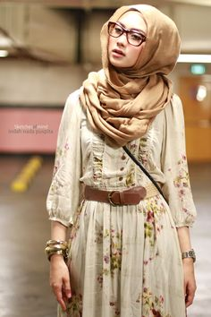 Wearing hijab with glasses isn't that tricky! Depending on the way you style your hijab and your face shape, there are many styles that could suit you. Islamic Fashion, Muslim Fashion, Modest Fashion, Hijab Fashion, Trend Fashion, Look Fashion, Womens Fashion, Fashion Styles, Modest Wear