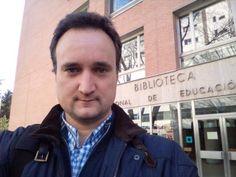 @bcastejonUNED en la entrada de la Biblioteca Central UNED. #selfiuned 13/04/15 Teachers, Entryway, Studio, Reading