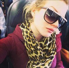 Leslie Shaw con lentes oscuras Sunglasses Women, Fashion, Darkness, Moda, Fashion Styles, Fashion Illustrations