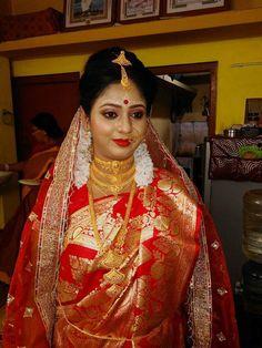 Bengali Bridal Makeup, Bridal Makeup Looks, Indian Bridal Wear, Wedding Couple Poses, Couple Posing, Wedding Couples, Bengali Jewellery, Gold Jewellery, Costume Armour