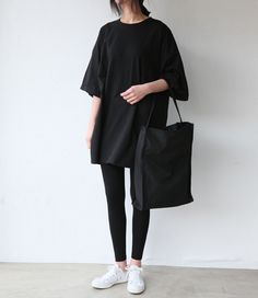 Casual Style - black outfit with oversized t-shirt, leggings, tote & white sneakers Legging Outfits, Leggings Style, Black Leggings, Black Pants, Winter Leggings, Shirt Outfit, Look Fashion, Trendy Fashion, Womens Fashion