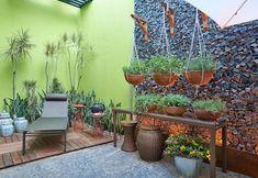 Gardening: 14 small gardens that are easy to copy Bbq Shed, Small Back Gardens, Planter Pots, Plants, Inspiration, Rebel, Garden Ideas, Garden Maintenance, Small Garden Design