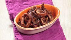 Ricetta Calamari in umido Encornets à l'étuvée: Scaldate un fondo d'olio extravergine d'oliva in una casseruola aggiungendo uno spicchio d'aglio e la cipolla tritata. Tagliate i calamari ad anelli dividendo i tentacoli; quindi uniteli alla casseruola. Sfumate il tutto con il vino... Calamari, Seafood, Aglio, Beef, Cooking, Sea Food, Meat, Kitchen, Kochen