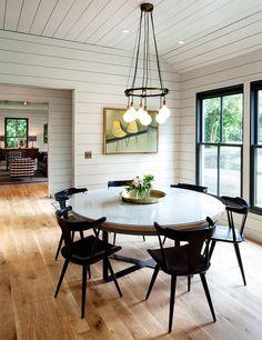 Decoração de: Sala de jantar; cadeira preta com braço; Casa de Valentina