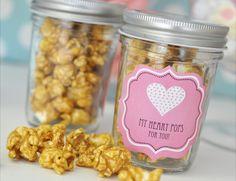 Popcorn im Glas als Gastgeschenk oder mit Fähnchen drin zusätzlich als Namensschild