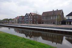 We mogen dan trots zijn op dat plein in Emmen maar let op. Moet je kijken hoe Nieuw Amsterdam intussen aan het veranderen is. Nu nog kaal en grijs maar het gaat mooi worden met wat groen en wellicht ook veel bootjes.