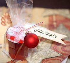 Hallo,   ich habe mal wieder Glühweingelee gekocht.  Es passt so wunderbar zur Weihnachtszeit.    Für unseren Adventskaffee habe ich das Gel...