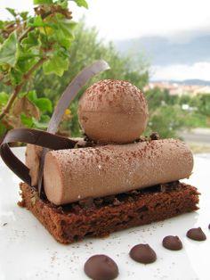 Mousse cremosa al cioccolato su torta tenerella profumata alle 4 spezie