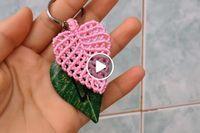 Macrame tutorial: The simple leaf – Simple leaves pattern – Knit And Crochet İdeas Macrame Owl, Macrame Knots, Macrame Jewelry, Macrame Bracelets, Crochet Leaves, Crochet Flowers, Macrame Bracelet Tutorial, Micro Macrame Tutorial, Micro Macramé