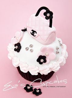 Coco Chanel Cake, Cupcakes, and Cookies Coco Chanel Cake, Bolo Chanel, Chanel Cupcakes, Purse Cupcakes, Pretty Cupcakes, Beautiful Cupcakes, Yummy Cupcakes, Beautiful Desserts, Fancy Cakes