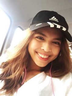 Maine Mendoza a.a Yaya Dub is a quiet person behind the camera. She's usually listening to her earphones. Maine Mendoza, Alden Richards, Better Half, Pinoy, Girl Crushes, Film Festival, Singer, Actresses, Lady