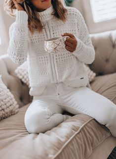 Cozy Ways to Wear White Jeans in Winter White Outfit Casual, White Sweater Outfit, Jeans Outfit Winter, Casual Summer Outfits, White Outfits, Sweater Outfits, Dress Winter, Outfit Jeans, Casual Winter