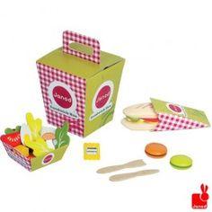 Een mooie kleurrijke lunchbox met verschillende accessoires.
