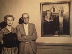 """The models of """"American Gothic"""" stand next to the painting"""