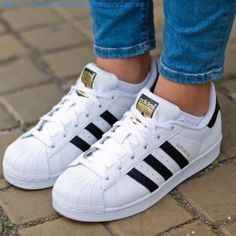 24 Evidence that a woman can live alone with a pair of A .- 24 Pruebas de que una mujer puede vivir solo con un par de Adidas Skinny ripped jeans, a long cardigan and these classics to the rescue. Moda Sneakers, Sneakers Mode, Sneakers Fashion, Fashion Shoes, Adidas Sneakers, Shoes Addidas, Adidas Shoes White, Trainers Adidas, White Sneakers
