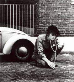 Las migas me persiguen: John Lennon, ear to the ground, New York, by Yoko