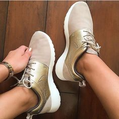 Mens/Womens Nike Shoes 2016 On Sale!Nike Air Max* Nike Shox* Nike Free Run Shoes* etc. of newest Nike Shoes for discount sale Nike Free Shoes, Nike Shoes Outlet, Running Shoes Nike, Gold Nike Shoes, Running Sports, Converse Shoes, Mode Shoes, Nike Free Runners, Vogue