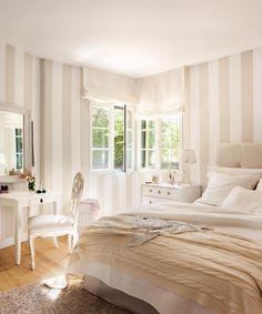 Dormitorio clásico en blanco con paredes con papel pintado a rayas blanco y beige