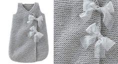 La turbulette pour filleUne bonne idée de cadeau pour fêter l'arrivée de bébé: la turbulette qui lui permet de gigoter à son aise, sans se découvrir. Entièrement tricotée au point mousse, elle est facile à réaliser, même pour les débutantes. Existe aussi en modèle pour garçon.