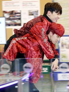 Verhao~ Minghao's hair is so bright red! Woozi, Wonwoo, Jeonghan, Vernon, Kpop, Day6 Dowoon, Carat Seventeen, Wattpad, Red Aesthetic