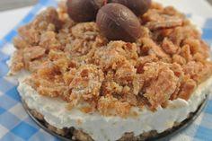 Bekijk de foto van simone80 met als titel  heerlijke taart met stroopwafel, karamel, slagroom en monchou. De stroopwafeltaart is heel makkelijk om te maken en is echt in een mum van tijd klaar.  Ook lekker met wat chocoladerasp eroverheen.       Tijd: 15 min.   minimaal 1 uur in de koelkast    Benodigdheden:    Voor de bodem 4-5 stroopwafels  4 eetlepels karamelsaus  250 ml opgeklopte slagroom  150 gram monchou  1-2 zakjes vanillesuiker  3-4 stroopwafels voor de topping    min 2 uur…