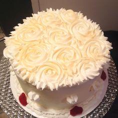 White and Gold Cake #vanillacake #goldcake #roses #cake #birthday #birthdaycake #cakeonsunday #dessert #strawberries