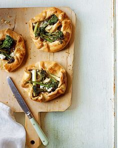 This open-face style tart recipe is called a galette. It's packed with fresh spring veg and plenty of goat's cheese. Goat Cheese Recipes, Onion Recipes, Tart Recipes, Appetizer Recipes, New Recipes, Dessert Recipes, Appetizers, Vegetarian Tart, Vegetarian Starters