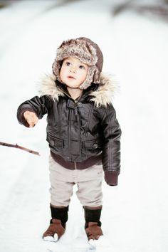 Fotos im Schnee von zwei kleinen Kiddies  