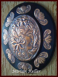 """Camafeu """"Lille"""" - Repujado em lâmina de cobre - by Mirian Keller."""