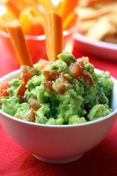 Guacamole - Avocados are high in healthy fats such as oleic acid and are high in potassium, magnesium, and fiber! Try them with this easy guacamole recipe! Guacamole Recipe Easy, Homemade Guacamole, Avocado Recipes, Healthy Recipes, Avocado Dip, Fresh Avocado, Guacamole Dip, Recipies, Healthy Snacks