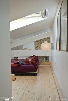 Une chambre placée sous les combles. Plafond très en pente, alors attention à la tête ! Loft Stairs, Attic, Ceiling, Attention, Bedroom, Projects, Furniture, Studio, Home Decor