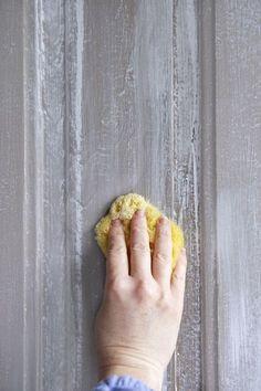 7. Passer l'éponge sur les portes repeintes