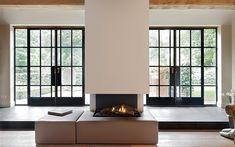 STRAKKE ZICHTLIJNEN | MARCO DAVERVELD | PROJECT VIA @THEARTOFLIVINGONLINE #woonkamer #livingroom #openhaard #fireplace #stalendeuren #steeldoors #staal #steel #door #deur #modern #landelijk #marcodaverveld #villa #interieur #interiordesign #interiorinspo #forthehome #homedecor #house #huisdecoratie