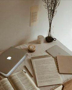 9 dicas para estudar na quarentena Cream Aesthetic, Brown Aesthetic, Studyblr, Study Organization, School Organization Notes, Study Space, Study Areas, Study Hard, School Notes