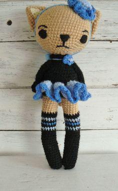 Süsse gehäkelte Ballerina-Kätzchen *Kathy*, wurde mit viel Liebe gehäkelt und sucht eine neues Zuhause. *Karhy* ist beige und trägt schwarz blau. Ein niedliches Geschenk nicht nur für kleine...