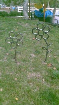 Horseshoe art / yard flowers #HorseshoeArt