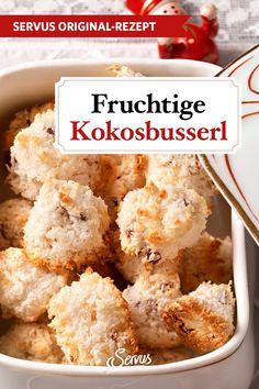 Dieses Kokosbusserl-Rezept aus Oberösterreich wird noch mit köstlich süß kandierten Früchten verfeinert. Egal, ob Mango, Ananas oder Feigen, es ist alles erlaubt. #kokosbusserl #kekse #plätzchen #keksrezepte #plätzchenrezepte #rezept #rezeptideen #weihnachtskekse #weihnachtsplätzchen #keksebacken #plätzchenbacken #weihnachtsbäckerei #servus #servusmagazin #servusinstadtundland Mango, Breakfast, Recipes, Food, Pineapple, Mandarin Oranges, Baking Cookies, Dried Dates, Coconut Flakes