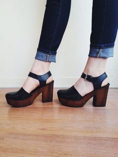 L'Intervalle made these amazing wooden and leather clogs, perfect all year round. The platform offers comfort and that real style! Pretty Shoes, Beautiful Shoes, Cute Shoes, Me Too Shoes, Clogs Shoes, Sock Shoes, Shoe Boots, Heeled Clogs, 70s Shoes