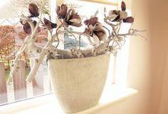 Ciment chamote betonlook vensterbank bak. Decoratie van takken en Magnolia. Past goed op een smalle vensterbank. Blijvende interieurdecoratie via bloem object