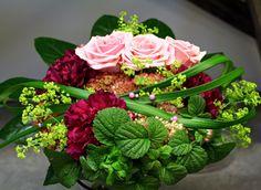 Bouquet with Heaven roses, dianthus, sedum. http://holmsundsblommor.blogspot.se/2014/10/bukett-med-barbie.html