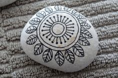 Painted rocks have become one of the most addictive crafts for kids and adults! Want to start painting rocks? Lets Check out these 10 best painted rock ideas below. Pebble Painting, Dot Painting, Pebble Art, Stone Painting, Stone Crafts, Rock Crafts, Posca Art, Rock And Pebbles, Rock Painting Designs