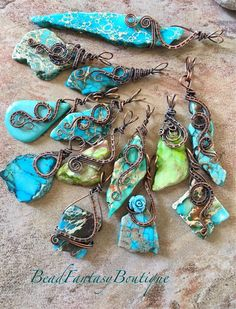 Artículos similares a Antiqued Copper Wire Wrapped Pendant with multi-colored Green Imperial Jasper Stick Copper Jewelry, Wire Jewelry, Beaded Jewelry, Antique Earrings, Boho Earrings, Wire Wrapped Pendant, Wire Wrapped Jewelry, Grunge Accessories, Estilo Hippy