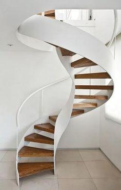Escada em caracol com linhas fluidas.