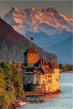 Château de Chillon//Le château de Chillon se trouve sur les rives du lac Léman, à Veytaux en Suisse. De forme oblongue, le château mesure 110 mètres de long pour 50 mètres de large, le donjon culmine à 25 mètres. C'est une importante attraction touristique. Wikipédia