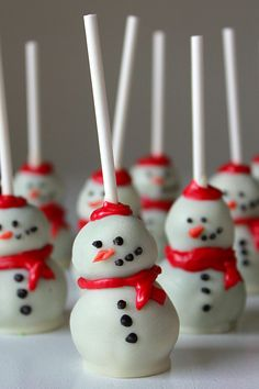 22 Christmas Cake Pops No One Will Be Able to Turn Down - Christmas Cake Pop Recipe cake pops cake cake desserts desserts dulces en vaso faciles gourmet navidad Christmas Cupcakes Decoration, Christmas Cake Pops, Christmas Desserts, Holiday Cakes, Holiday Treats, Christmas Treats, Christmas Holidays, Christmas Snowman, Holiday Baking