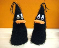 cozy cozies pair of crazy black birds birdies by haubenmeise Blackbirds, Cozies, Textile Artists, Parrots, Cosy, Easter Eggs, Baskets, Fiber, Weaving