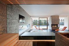 Aus der sprossenlos verglasten Sauna bleiben Ruhebereich und Pool im Blick.    Berschneider + Berschneider © Erich Spahn