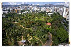 Esse é o Parque Municipal Américo Renné Giannetti, que fica no meio de Belo Horizonte com mais de 50 espécies de árvores diferentes. Se você viaja com crianças, esse é um ótimo lugar para passear com elas, pois o lugar abriga, além da natureza, um parque de diversões pra criançada e um teatro.