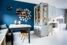 Vintage vitrinekast met blauwe muur in de eethoek bij Nicole en Jelle uit aflevering 9, seizoen 3 | Make-over door Anke Helmich | Fotografie Barbara Kieboom